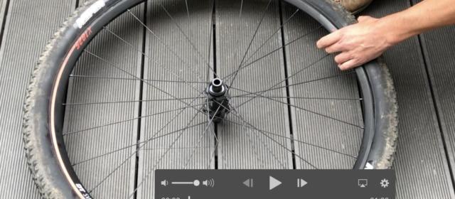 Slik tar du av sykkeldekk uten bruk av verktøy.